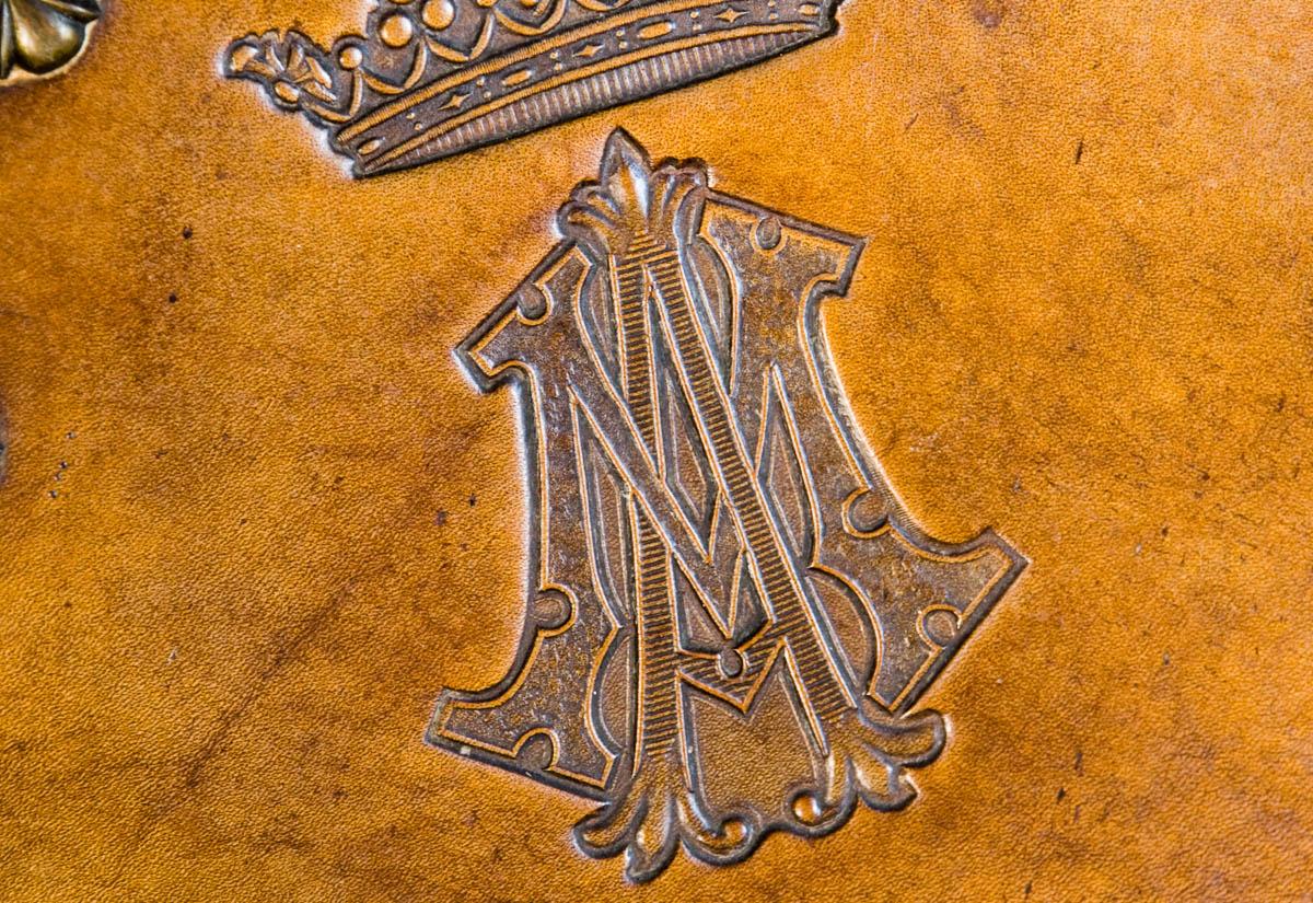 Iniciales de la Marquesa de Argüelles en las sillas del comedor
