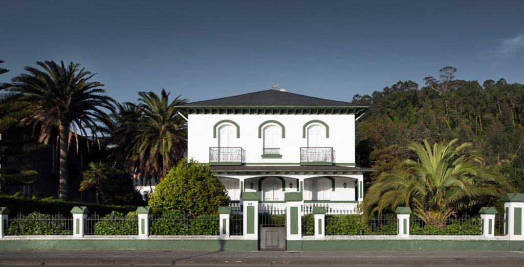 Villa Esther, casa de indianos de aire colonial a la entrada de Navia, Asturias