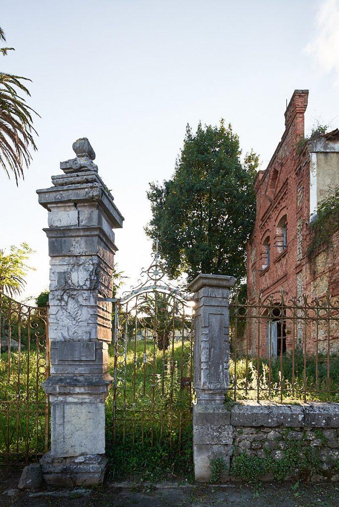 Entrada a la casa de indianos en Noriega, Ribadedeva, Asturias