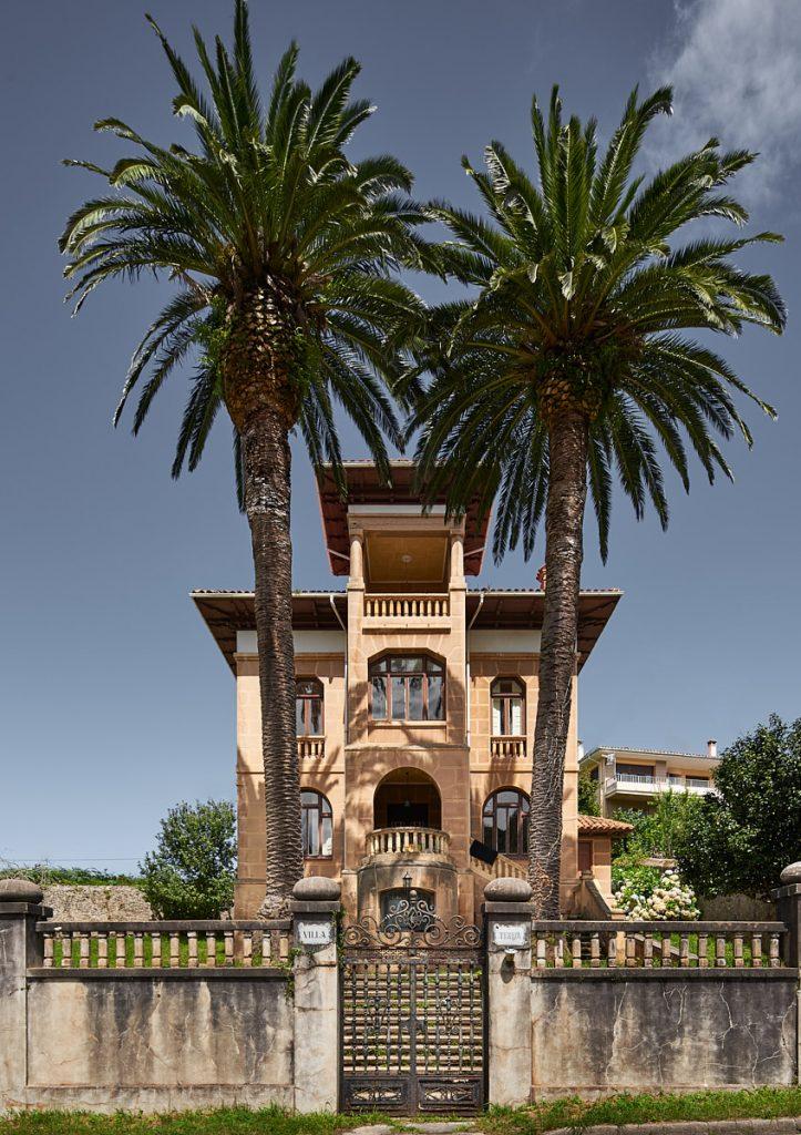 Palmeras en Villa Teresa, casa de indianos situada en Pando, concejo de Ribadesella, Asturias