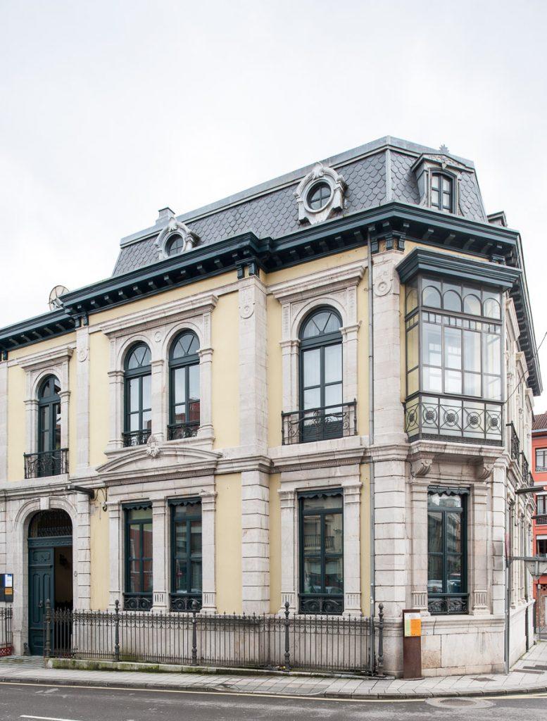 Fachada de la casa del indiano Juan Fernández Bao en Grado, Asturias, obra del arquitecto Juan Miguel de la Guardia