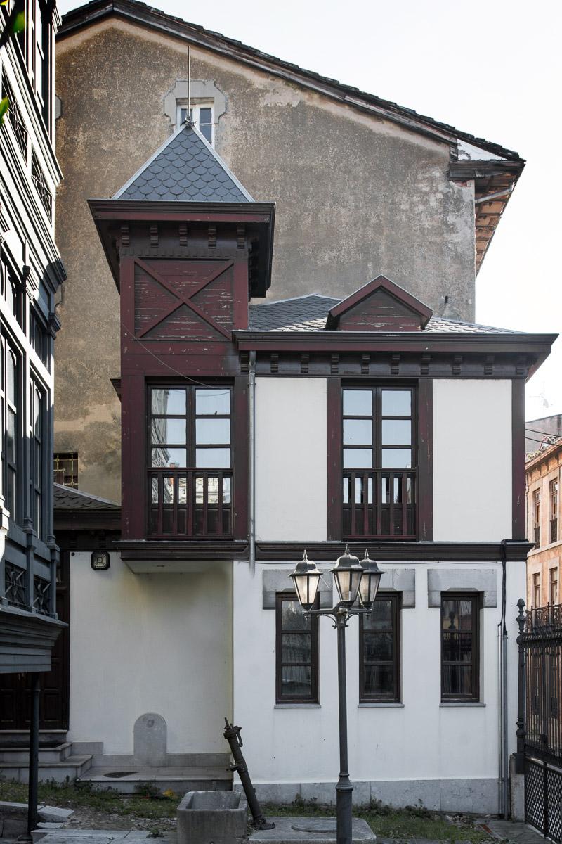 Casa del chófer y garaje de la casa del indiano Juan Fernández Bao en Grado, Asturias, obra del arquitecto Juan Miguel de la Guardia.