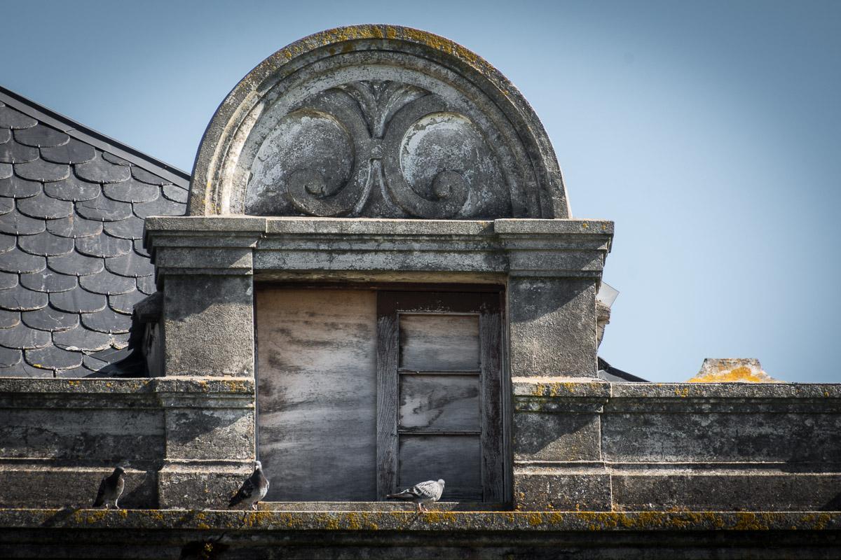 Detalle de ventana en la casa de indianos Villa Arbosa, en Ortiguera, concejo de Coaña