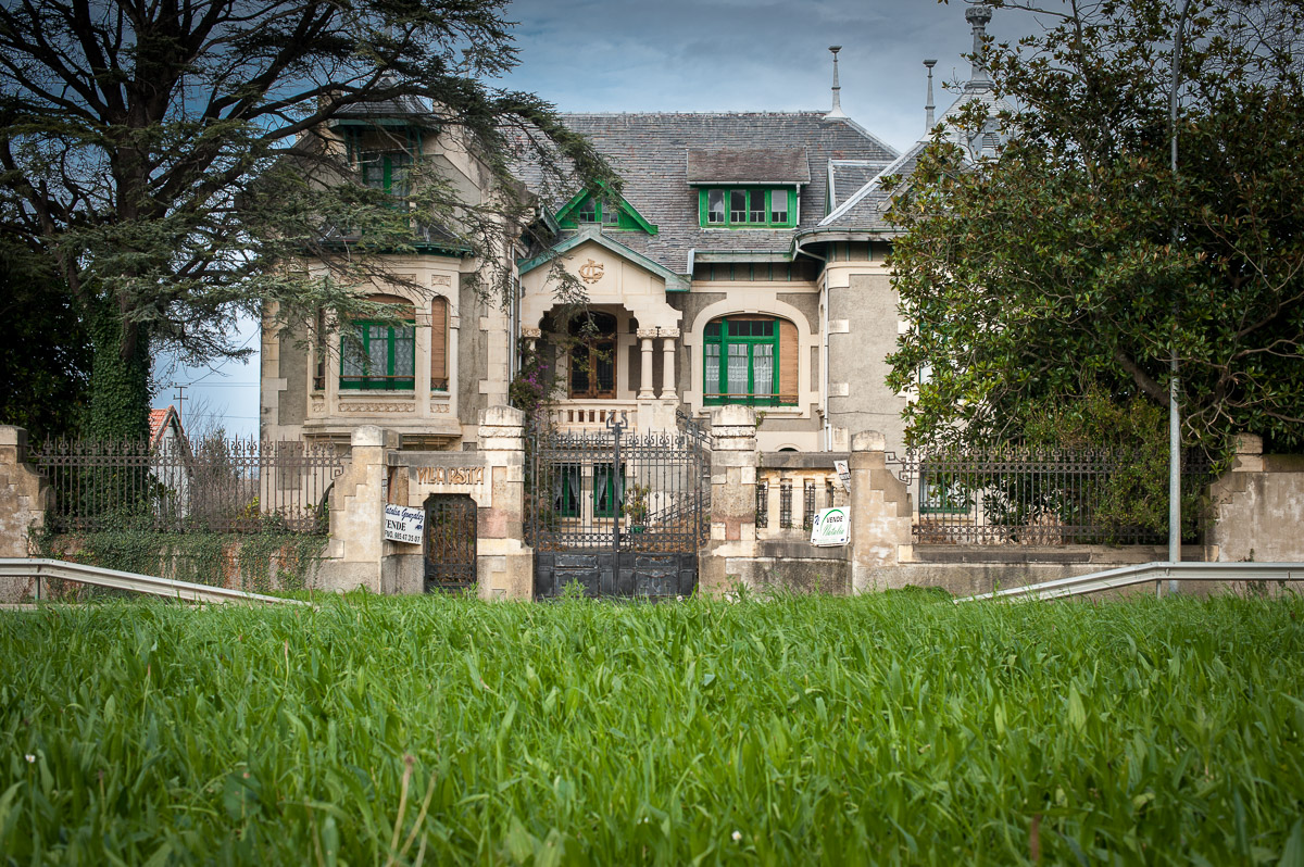 Fachada de Villa Rosita, casa de indianos en Otur, concejo de Valdés, Asturias