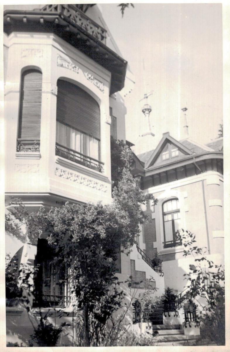 Entrada a la casa de indianos Villa Rosita en Otur, Valdés