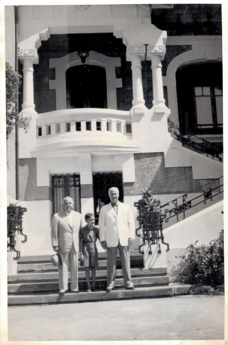 Vila Rosita a mediados del siglo XX. Delante el indiano propietario.
