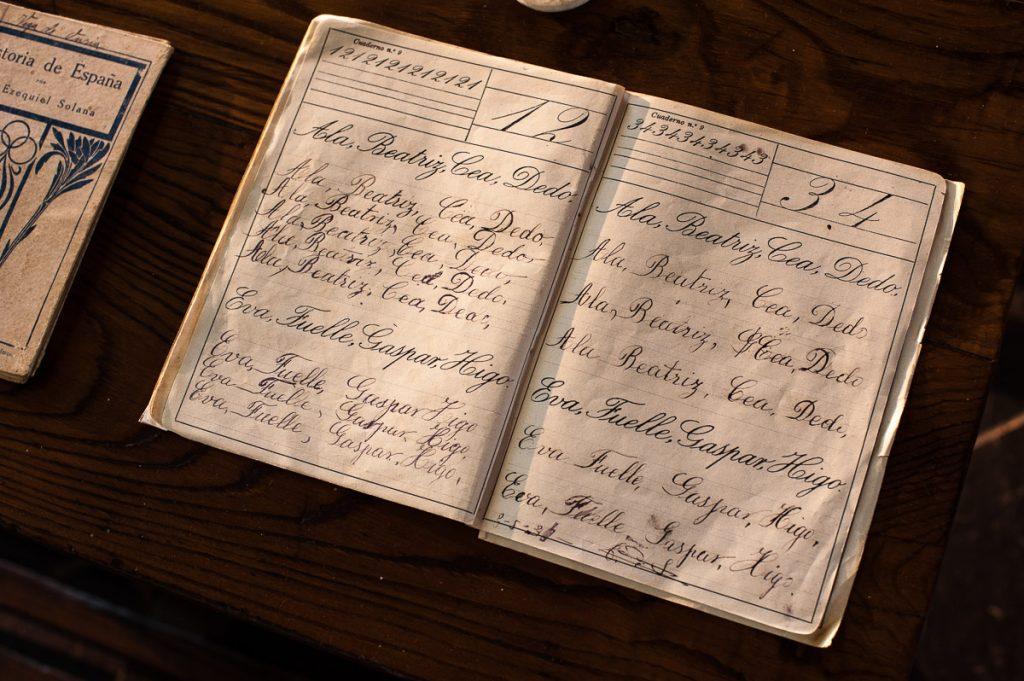 Cuaderno de caligrafía en la escuela de San Luis en Boal, Asturias