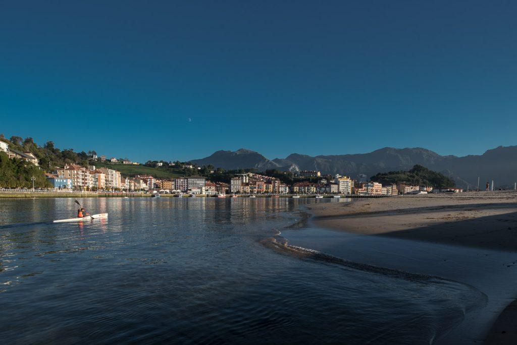 Vista de Ribadesella desde el Arenal de Santa Marina, Asturias