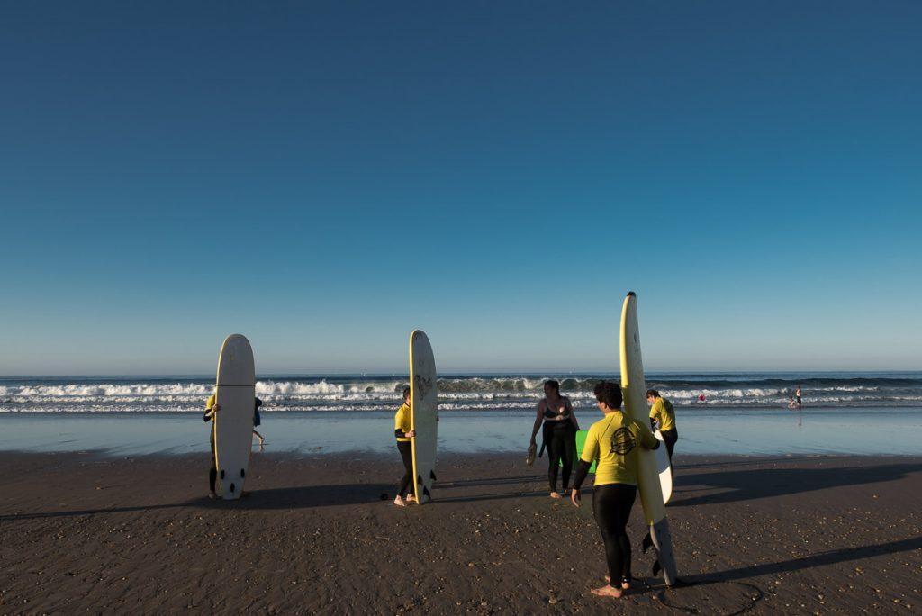 Surfistas en la playa de Santa Marina de Ribadesella, Asturias