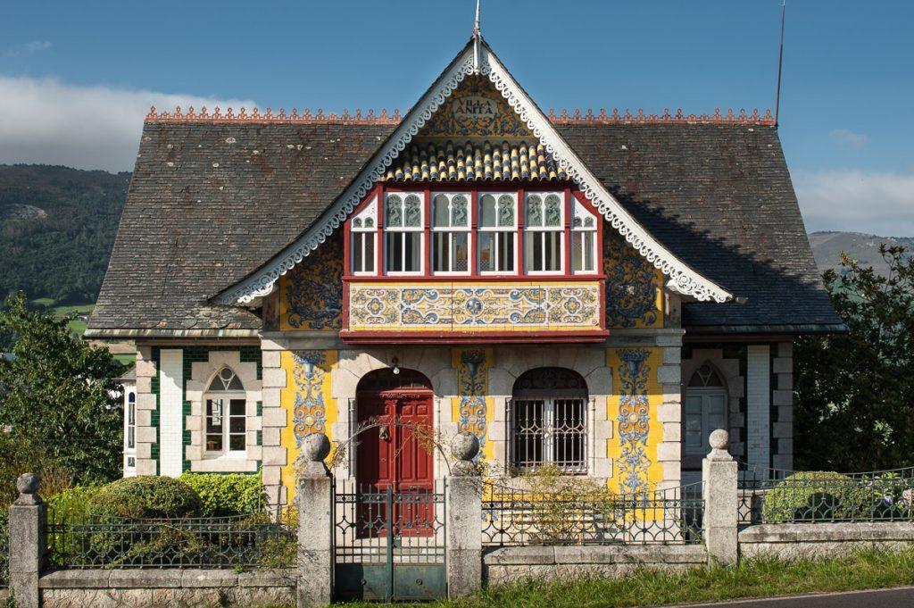 Fachada de la casa de indianos Villa Anita en Boal, Asturias