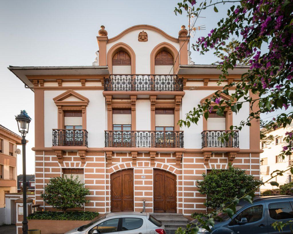 Casa de indianos en Puerto de Vega con el nombre de Casa Ubaldo