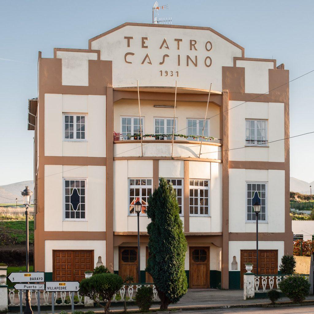 Casino de Puerto de Vega cercano a la casa de indianos Villa Rosario en Villapedre