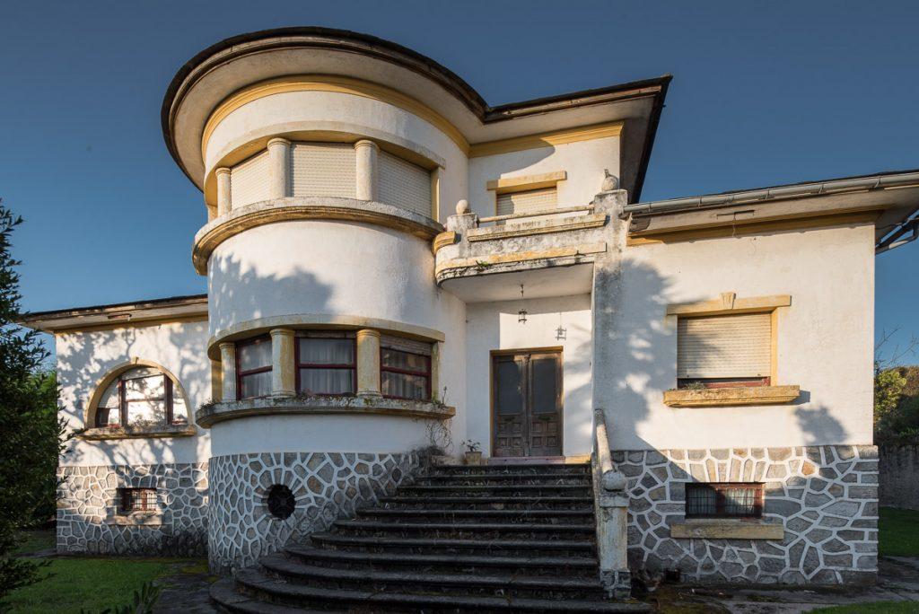 La Botica, casona de los años cincuenta en Puerto de Vega, Navia