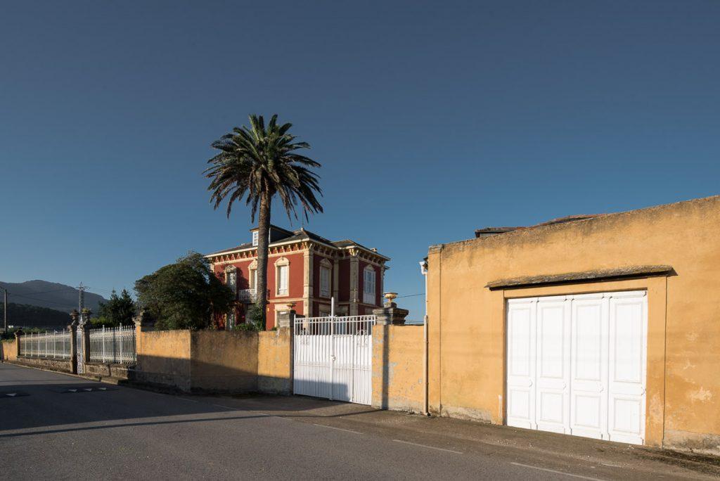 Exterior de la casa de indianos Villa Rosario en Villapedre