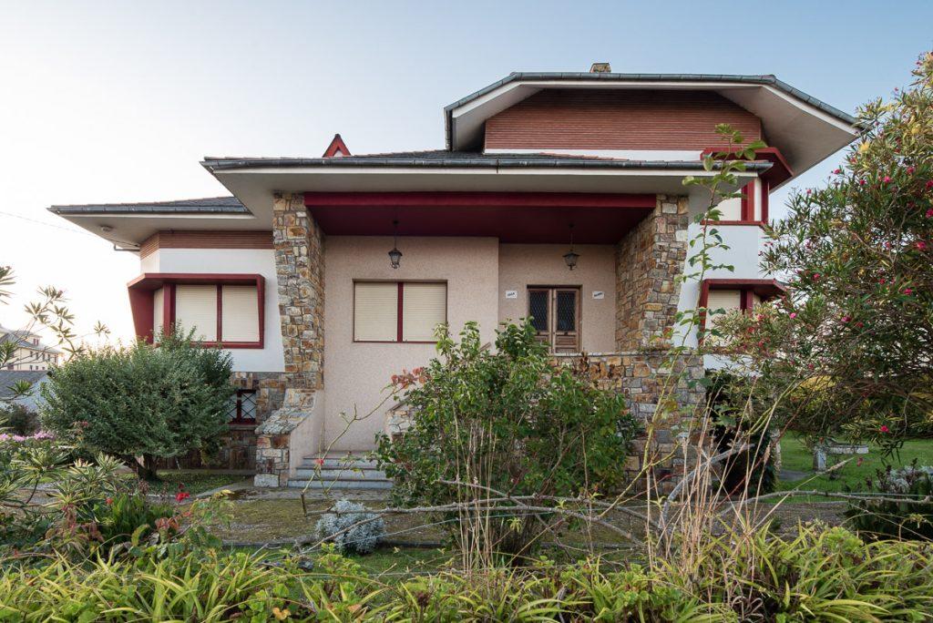 Casa de indianos en Puerto de Vega con el nombre de Villa Isabel
