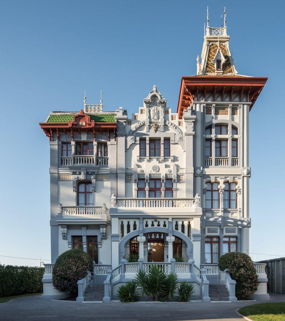 Fachada de la casa de indianos Villa Rosario en Ribadesella, Asturias