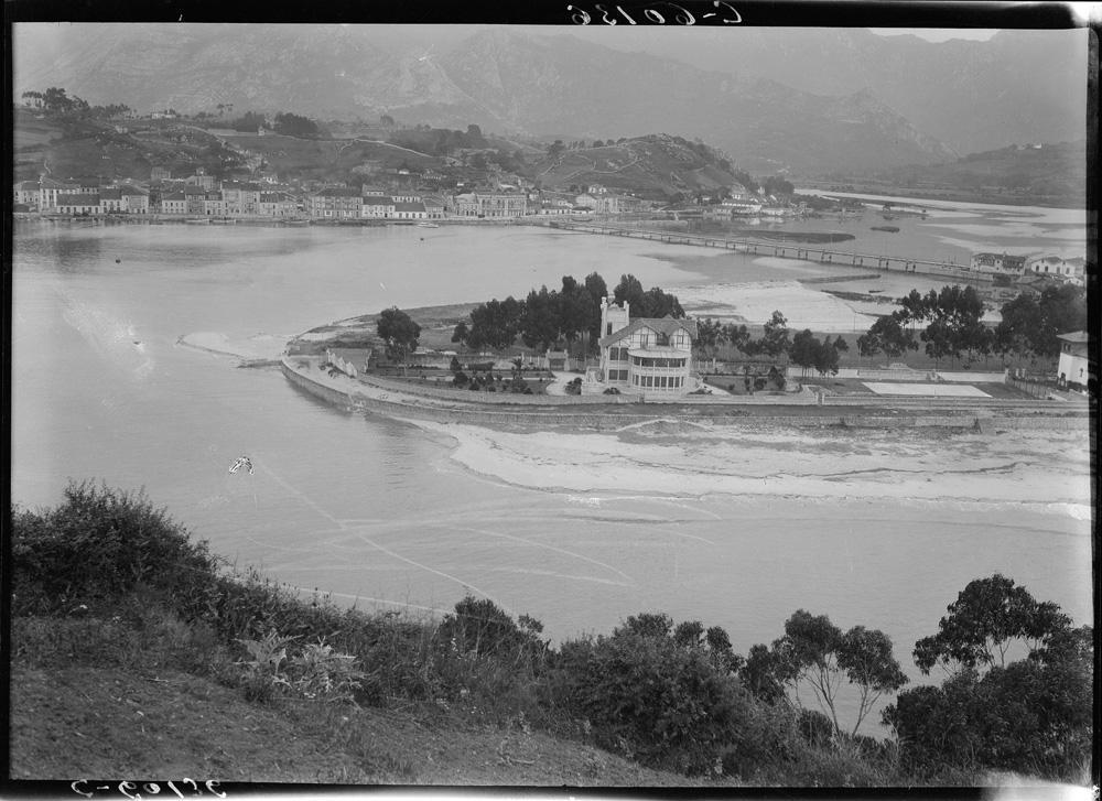 Foto panorámica antigua, años 20, de la playa de Santa Marina con el chalé de la Marquesa de Argüelles