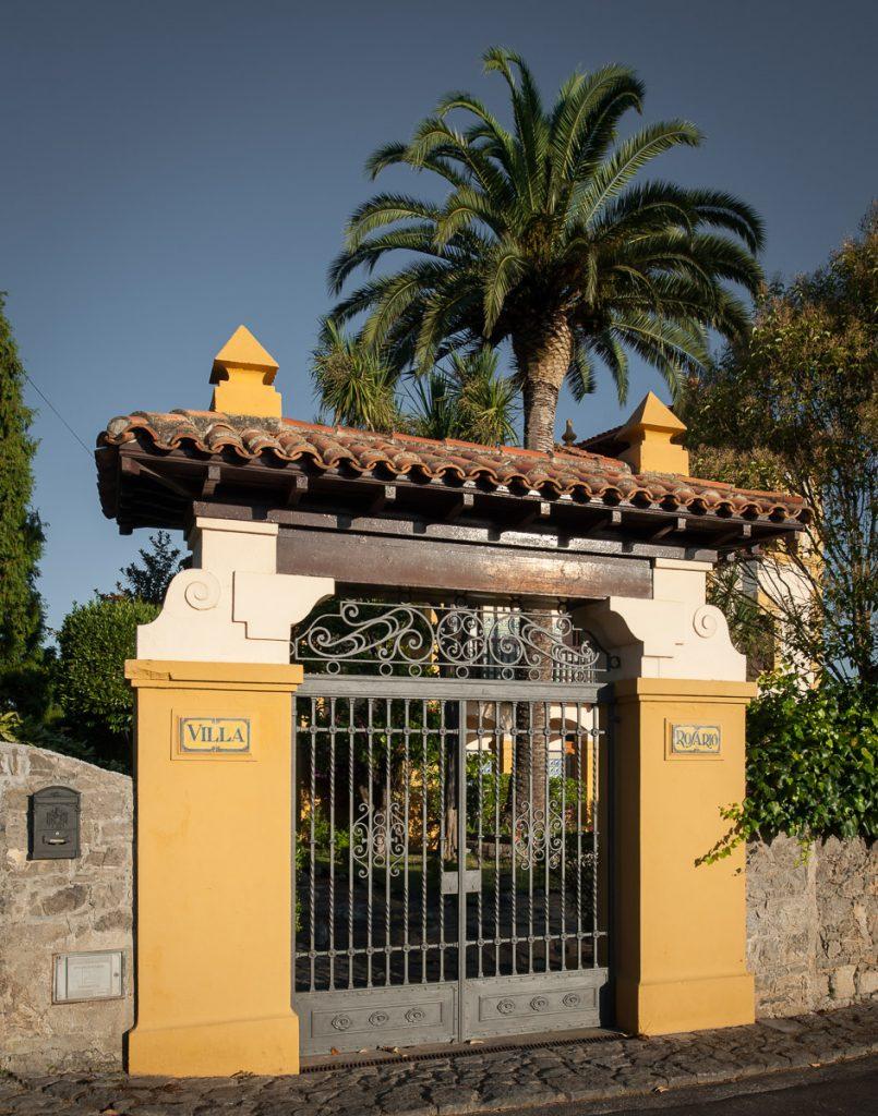 Verja de entrada a la casa de indianos Villa Rosario en Caravia, Asturias