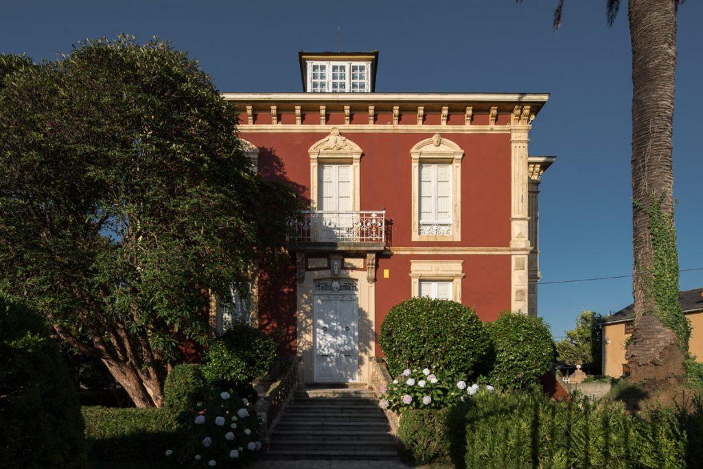 Fachada de la casa de indianos Villa Rosario en Villapedre, Navia, Asturias