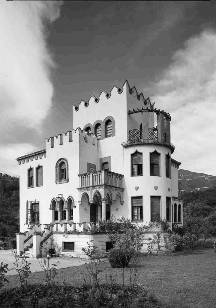Fotografía en blanco y negro de la casa de indianos de Enrique González, obra de Manuel del Busto