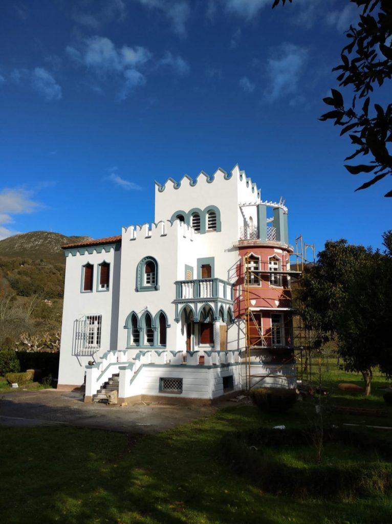 Fachada de la casa de indianos de Enrique González en El Prestín, Parres