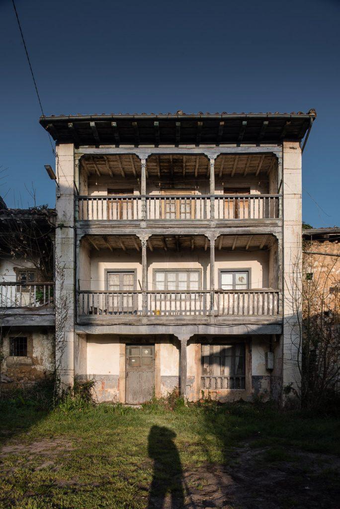 Casa con corredor en el pueblo de Villar, concejo de Onís, Asturias