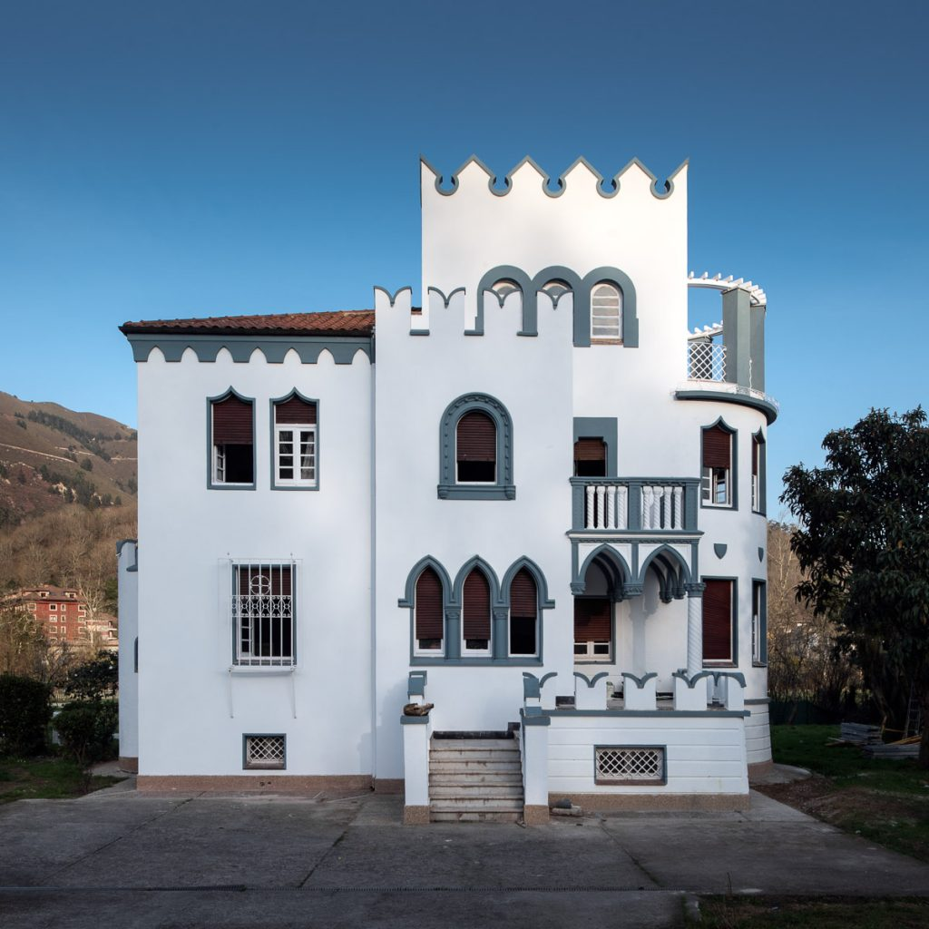 Fachada principal del chalé indiano de José Ramón González en Prestín, Parres