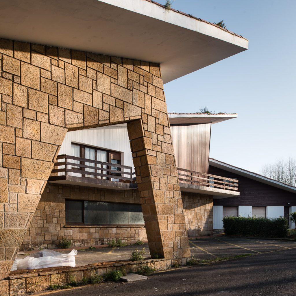 Detalle del edificio de recepción en la Ciudad Residencial de Perlora, obra de los arquitectos Somolinos