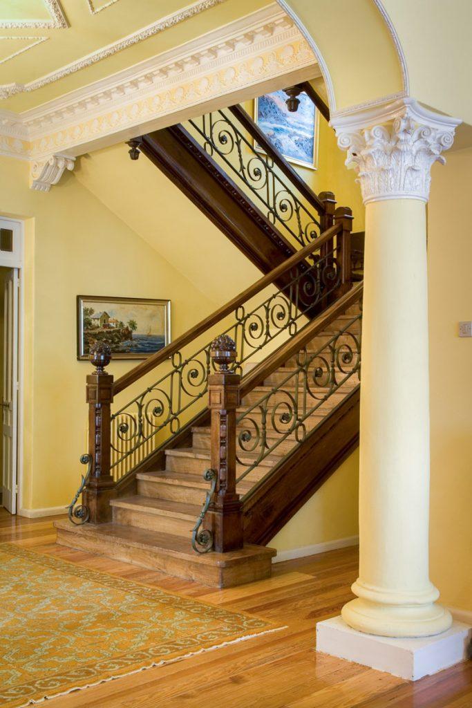 Escalera principal de la casa de indianos La Atalaya en Ribadesella
