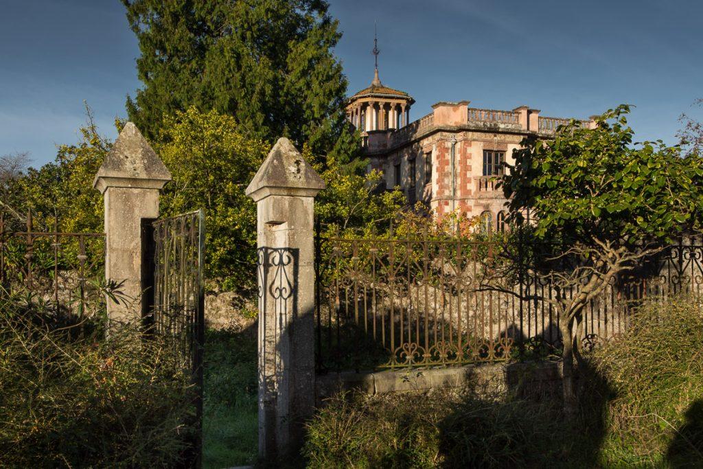 Vista de la fachada de La Javariega, casa de indianos obra de Manuel del Busto en Poo de Llanes