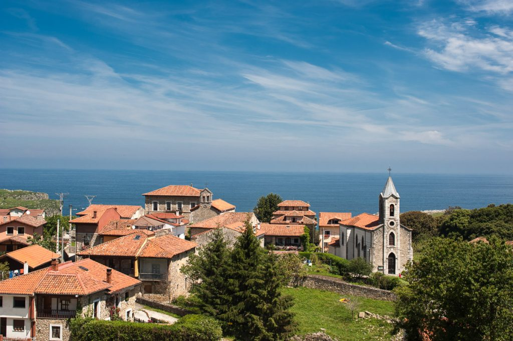 Vista panorámica de el pueblo de Buelna, concejo de Llanes, Asturias