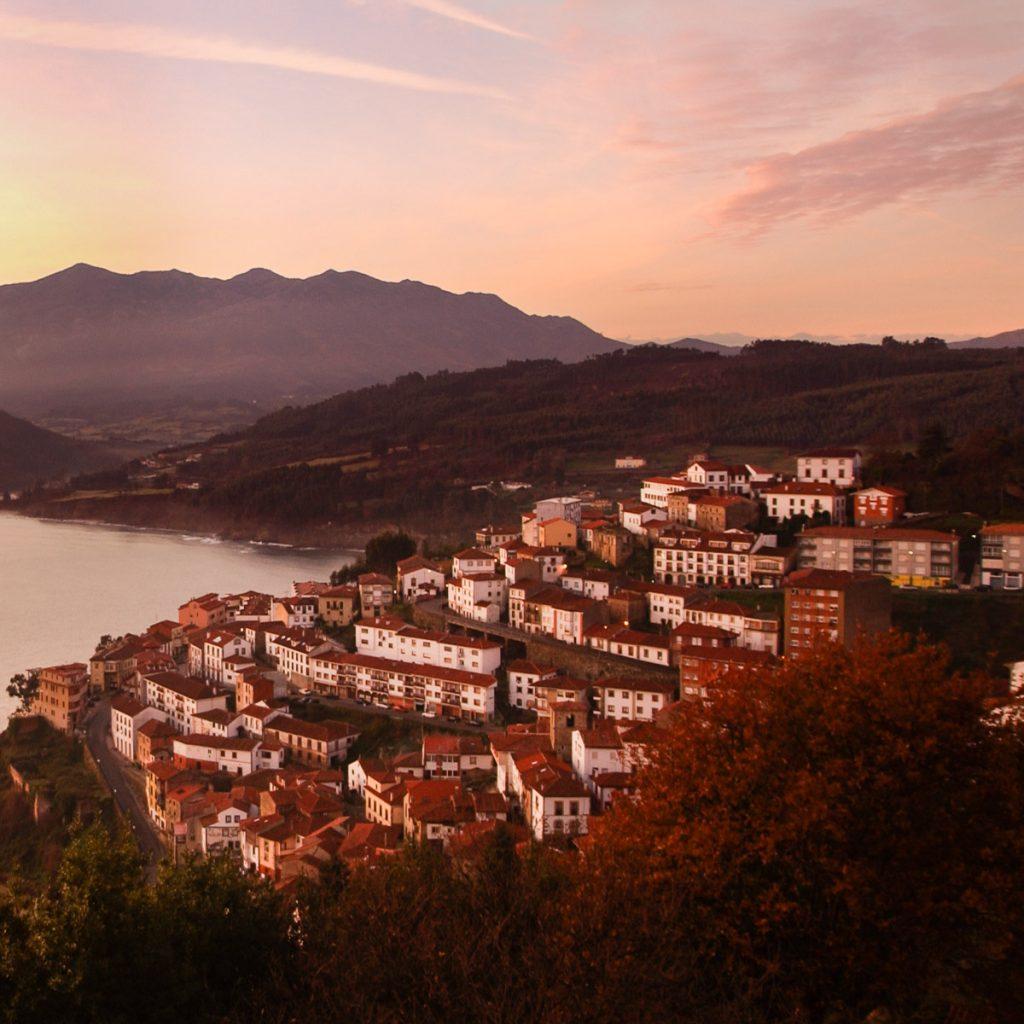 Paisaje al amanecer de la villa de Lastres en Asturias.