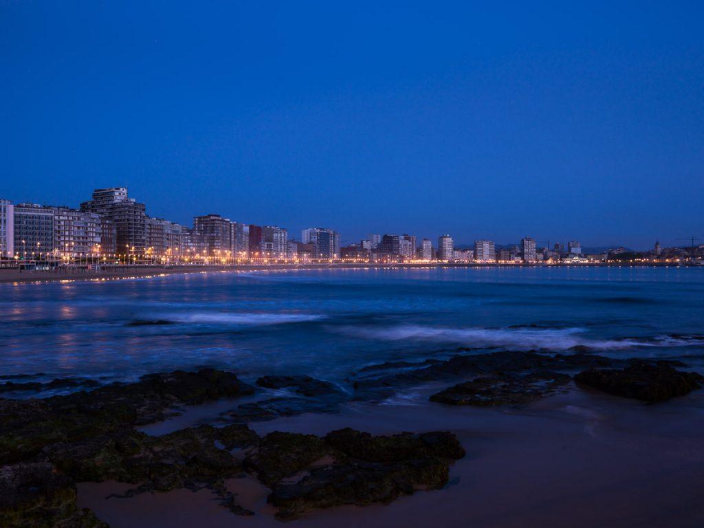 La fachada marítima de Gijón junto antes del amanecer