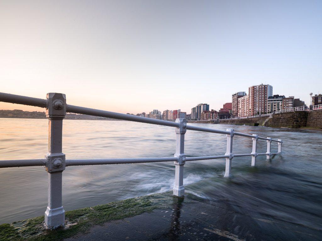 La playa de San Lorenzo en la escalera dos de Gijón