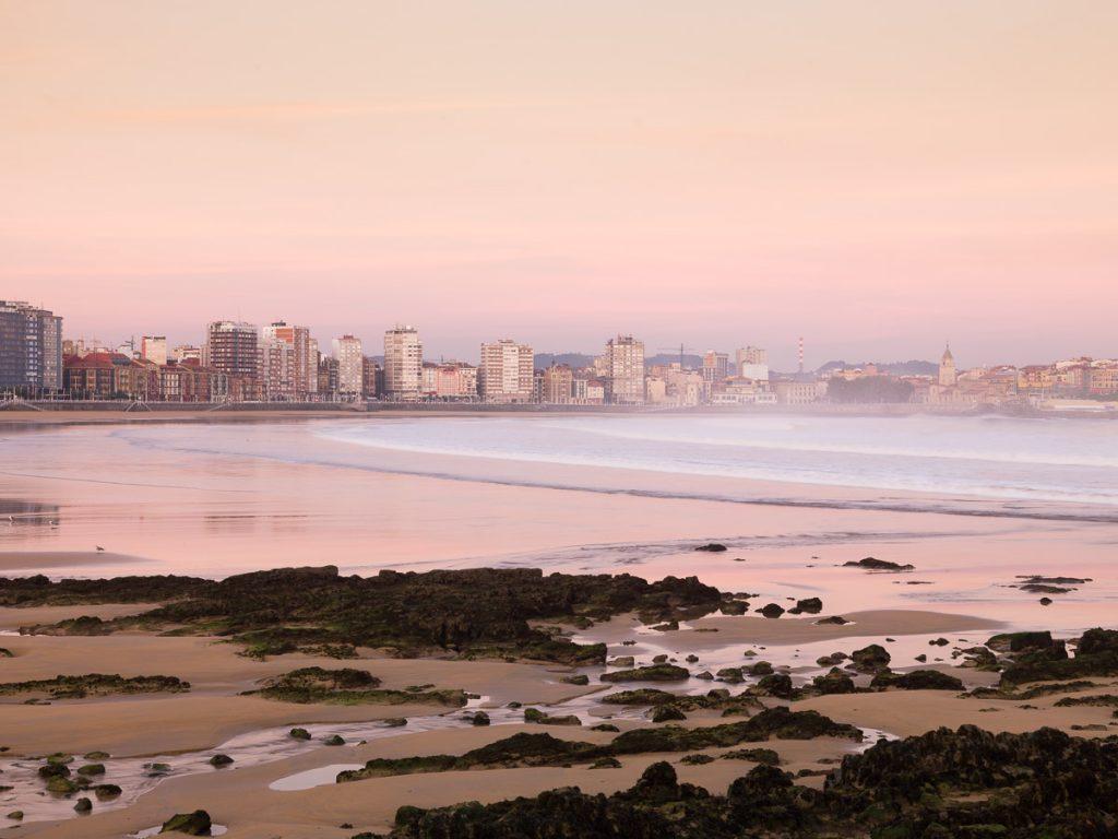 La playa de San Lorenzo en Gijón, en la bajamar en el momento del amanecer