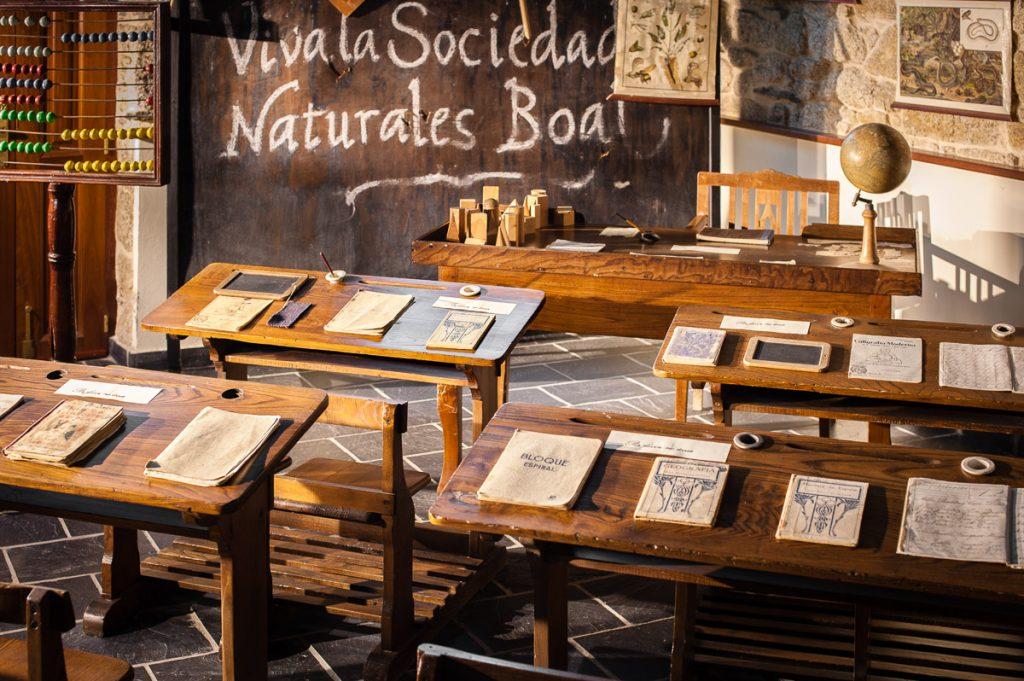 Aula de una antigua escuela finaniada por indianosen  Boal, Asturias
