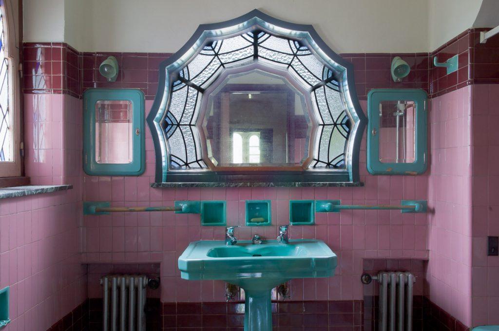 Cuarto de baño singular en la casa de indianos de José Ramón González en El Prestín, Parres