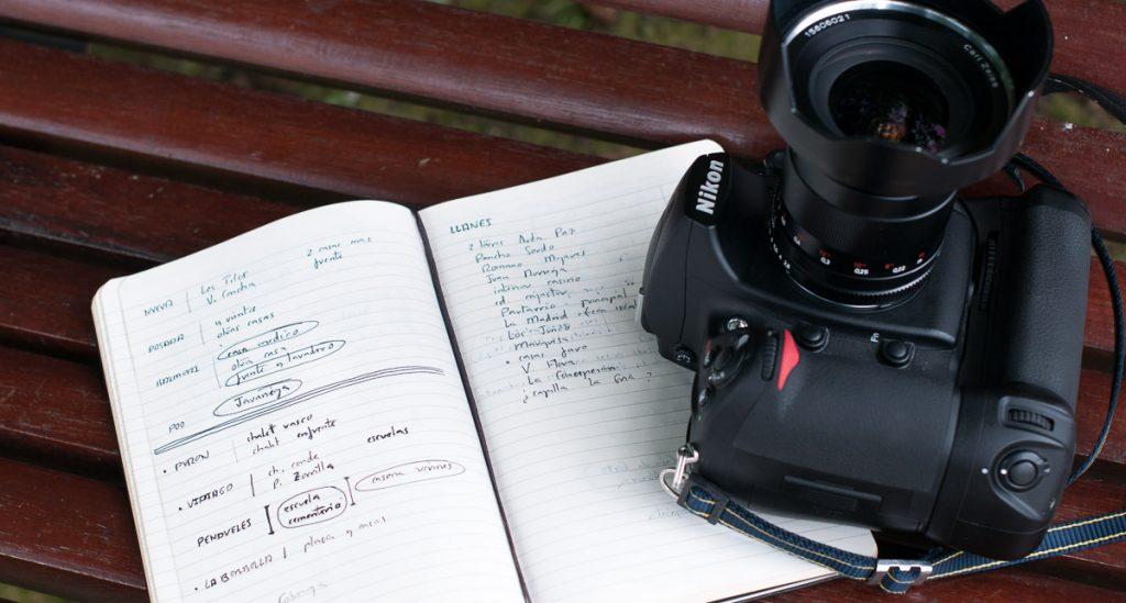 Cámara y cuaderno de notas en un viaje por Asturias