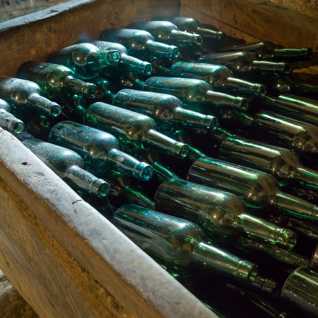 Barreño con botellas de sidra en un llagar tradicional