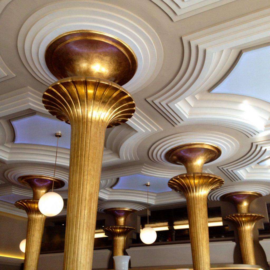 Interior del Café Dindurra de Gijón, obra del arquitecto Manuel del Busto