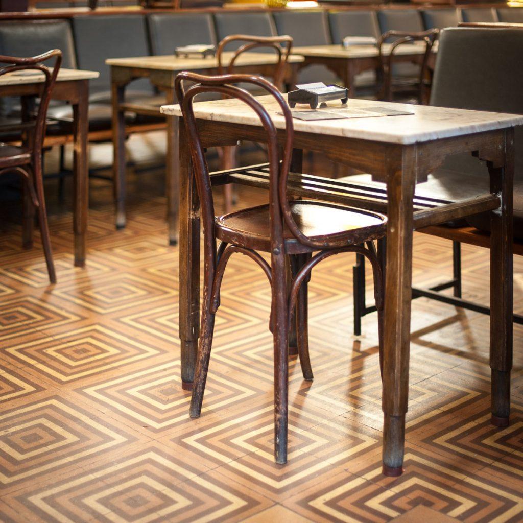 Antiguas mesas y sillas del Café Dindurra de Gijón