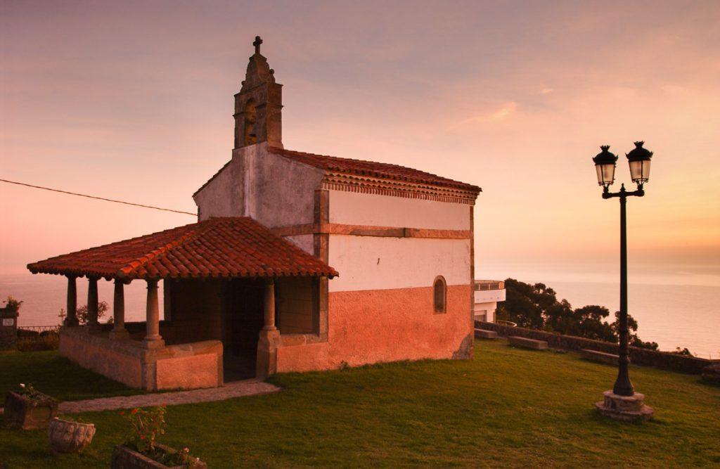 Capilla de San Roque en la villa marinera de Lastres, Asturias