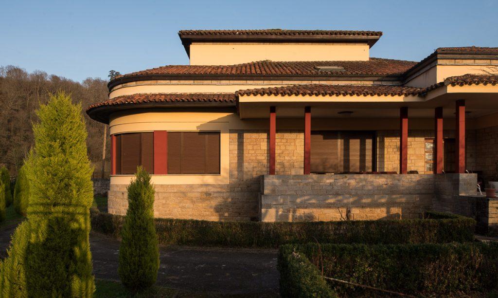 Chalé obra del arquitecto García Lomas en Cangas de Onís