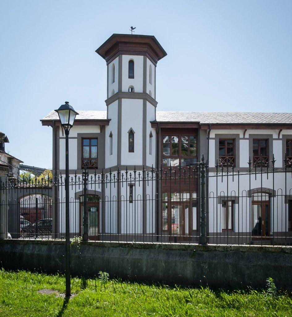 Casa de los caseros y cocheras de Villa Tarsila en Luarca, concejo de Valdés