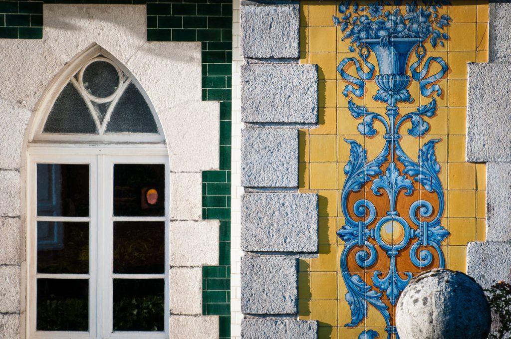 Detalle de las vetanas de marco ojival en Villa Anita