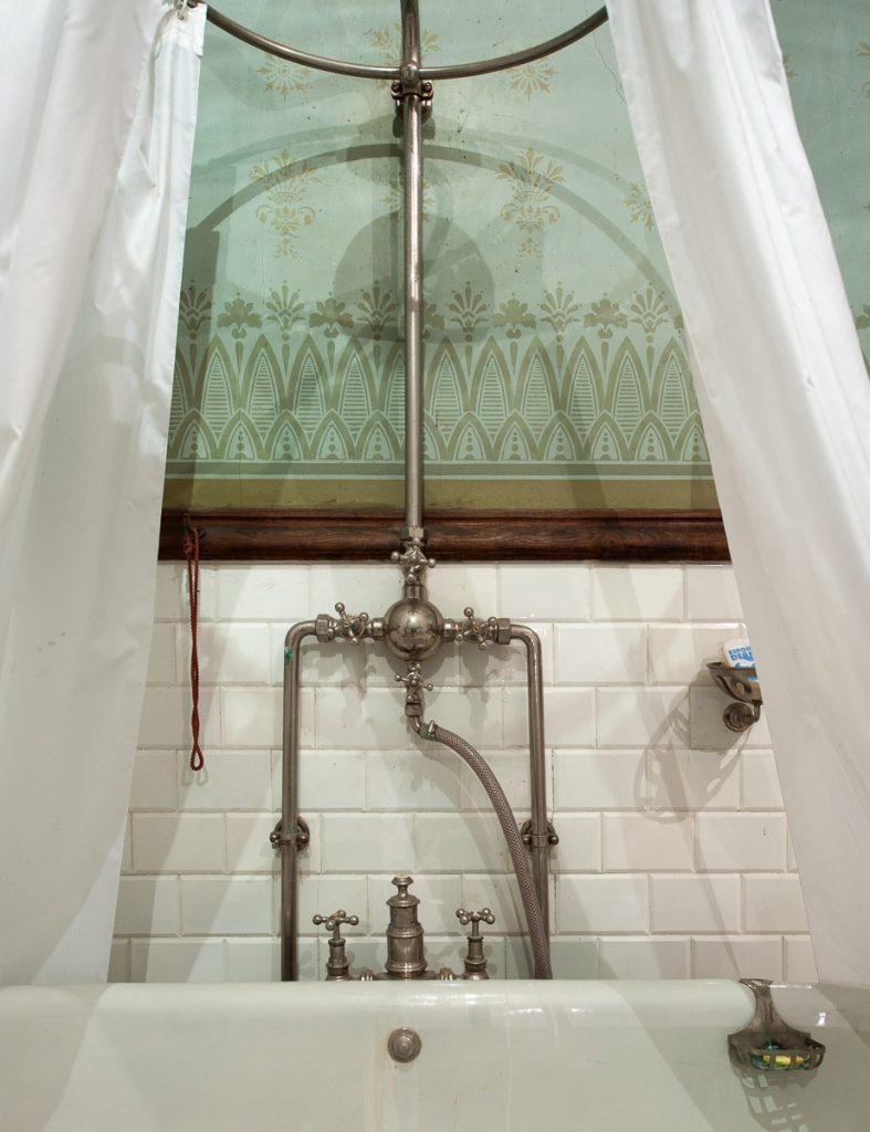 Detalle de la grifería del baño del Palacio de Doriga