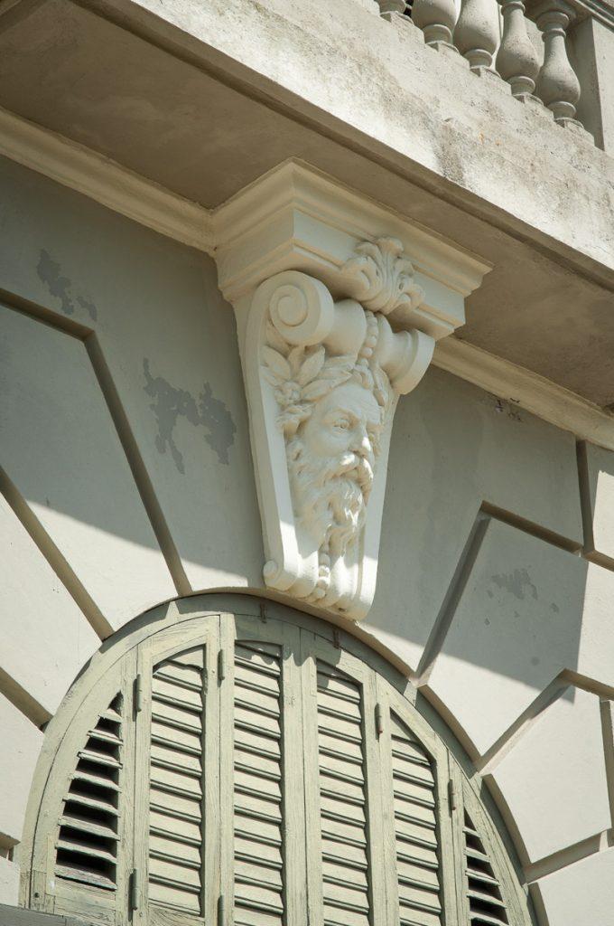 Cariátide en una de las ventanas del Palacio Jardón en Viavélez