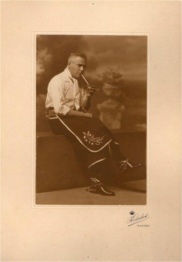 Eduardo Jardón vestido de gaucho y retratado por Kaulak en su estudio de Madrid