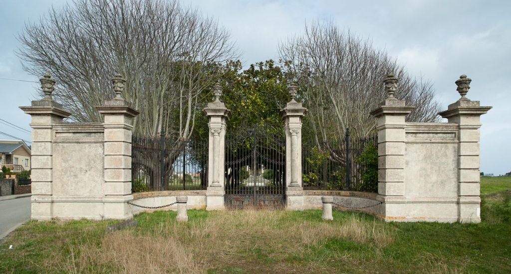 Entrada monumental al Palacio Jardón en Viavélez