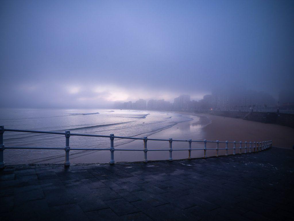 Amanecer con niebla en la playa de San Lorenzo de Gijón Mirando al Mar